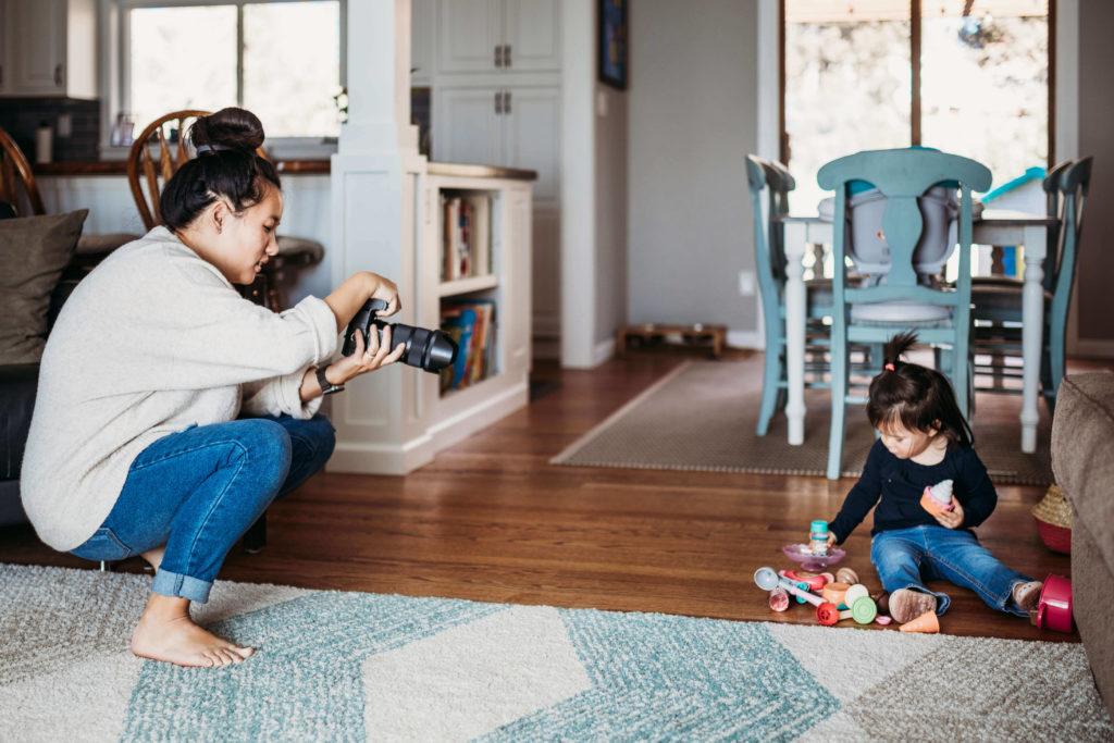 taryn kimberly taking photo of daughter